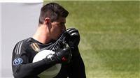 Thibaut Courtois 'gây bão' ngày ra mắt Real: Mời gọi Hazard, bị fan Chelsea và Atletico dè bỉu