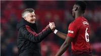 Pogba gây sốt khi cởi áo tặng fan sau trận thắng Fulham