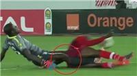 VIDEO: Trọng tài bật khóc trước chấn thương gãy cả 2 chân của thủ môn