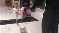 Con trai 1 tuổi của Ronaldo trổ tài sút bóng