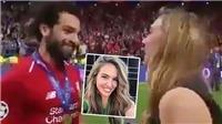 Mohamed Salah ngả người né tránh vì sợ nữ phóng viên xinh đẹp hôn