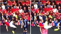 HÀI HƯỚC: Phil Jones ngả người móc bóng… chạm tay, fan MU vừa buồn cười vừa ngán ngẩm