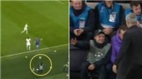 Tottenham 4-2 Olympiacos: Mourinho bắt tay, ôm cảm ơn cậu bé nhặt bóng giúp Harry Kane ghi bàn