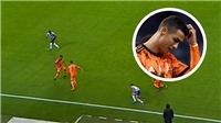 Ronaldo gây sốt khi khi rê bóng rồi đâm sầm vào đồng đội