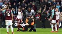 SỐC: Fan West Ham lao vào sân thi đấu, khiêu khích cầu thủ và kêu gọi BLĐ từ chức