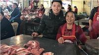 Trung vệ tuyển Việt Nam phụ mẹ bán thịt lợn ngày Tết