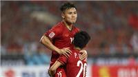 Quang Hải gục xuống sân vì kiệt sức, Công Phượng ôm động viên