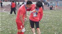 Xót xa cảnh hậu vệ tuyển Việt Nam tập tễnh ăn mừng chức vô địch AFF Cup