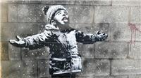 Giáng sinh, hàng ngàn người đổ tới xem tranh mới về em bé nghịch tuyết đáng thương của Banksy
