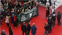 Chị em phụ nữ trong trang phục xanh lá đoàn kết lại biểu tình trên thảm đỏ Cannes