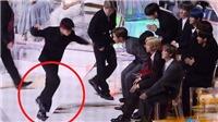 Jungkook BTS vấp ngã ở lễ trao giải, hành động sau đó khiến các fan ấm lòng