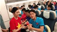 Quang Hải ăn mì tôm, tranh thủ 'cày phim' trên chuyên cơ của Vietnam Airline