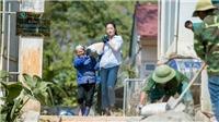 Hoa hậu Lương Thùy Linh xắn tay áo cùng bộ đội vác vật liệu 'đắp đường, xây ước mơ'