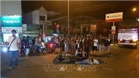 Xe tải tông xe máy, khiến con tử vong, mẹ bị thương