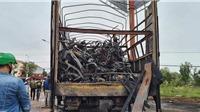 Quảng Bình: Xe tải bốc cháy thiêu rụi thùng hàng chở hàng chục xe máy