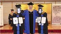 Khác lạ lễ tốt nghiệp đại học online, sinh viên ở nhà điều khiển robot lên nhận bằng