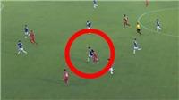 VIDEO: Duy Mạnh đánh nguội Fagan, may mắn không nhận thẻ đỏ