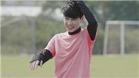 Jack làm chân sút chính trong đội hình nghệ sĩ, đối đầu Quang Hải ở trận bóng hướng về miền Trung