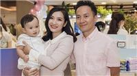 Đồng nghiệp chúc mừng vợ chồng Tiến Đạt lên chức ông chủ
