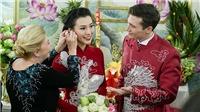 MC Hoàng Oanh và chồng Tây cười rạng rỡ trong lễ rước dâu