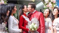 Lễ rước dâu của MC Hoàng Oanh và chồng Tây: Cô dâu chú rể hôn môi ngọt ngào, cười mãn nguyện