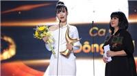 Khoảnh khắc Đông Nhi rơi lệ khi nhận giải Ca sĩ của năm