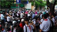 Cảnh giác với một đối tượng lân la rủ học sinh lên xe máy tại các trường học ở Hà Nội