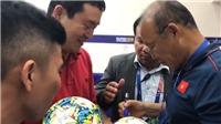 Thầy Park được bạn từ Hàn Quốc cổ vũ và xin chữ ký tại Philippines