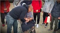HLV Park Hang Seo ôm chầm lấy mẹ khi về thăm quê nhà ở Hàn Quốc