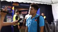 Hà Đức Chinh chườm đá, đứng tập tễnh trả lời phỏng vấn sau trận U23 Việt Nam - U23 UAE