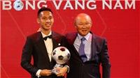 VIDEO: HLV Park Hang Seo trao Quả bóng vàng Việt Nam cho Hùng Dũng