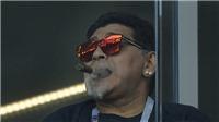 Maradona phân biệt chủng tộc, hút xì gà trên khán đài bất chấp lệnh cấm
