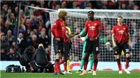 Gary Neville bất ngờ khi tận mắt chứng kiến M.U 'họp kín trên sân'