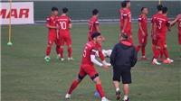 HLV Park Hang Seo kiểm tra mặt sân tập, dặn riêng Văn Hậu