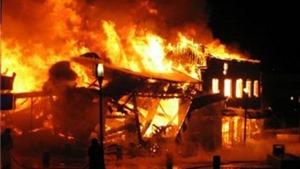 Đốt lửa sưởi ấm một bà cụ bị thiêu