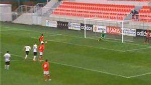 Sao trẻ Benfica gây cười với cú Panenka siêu tệ
