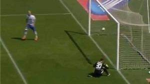 Phá đá phản lưới nhà ngớ ngẩn của thủ môn Torino