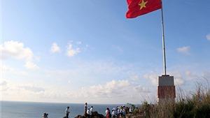 Ngắm cờ Tổ quốc tung bay trên đảo tiền tiêu Phú Quý