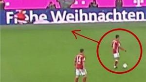HÀI HƯỚC: 'Sao' Bayern chuyền bóng cho... ông già Noel ngay trên sân bóng