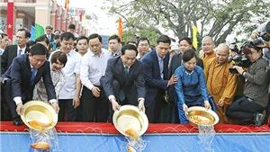 Chủ tịch nước Trần Đại Quang thả cá chép tiễn ông Công, ông Táo