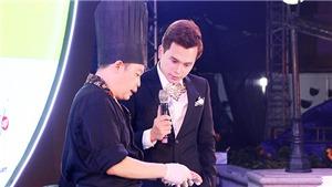 Đầu bếp Jack Lee hướng dẫn MC Danh Tùng chế biến món cá