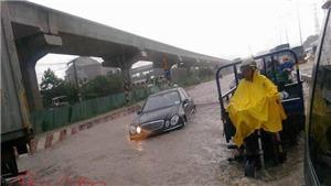 TP Hồ Chí Minh mưa lớn, xa lộ Hà Nội thành sông