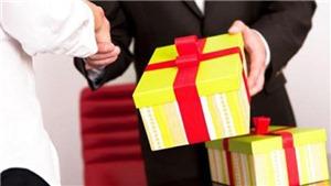 TPHCM cấm tặng quà Tết cho cấp trên