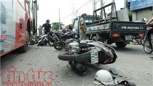 Xe khách tông xe tải và 7 xe máy dừng đèn đỏ, 3 người nguy kịch