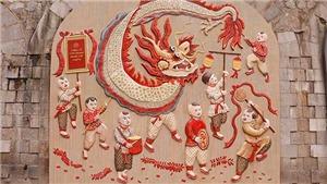 Tranh dân gian vẽ trẻ em diện 'hàng hiệu' xuất hiện giữa... phố cổ Hà Nội