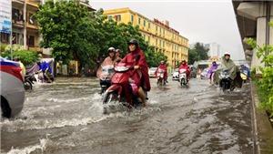 VIDEO: Bão số 2 rơi rớt, Hà Nội ngập trong biển nước