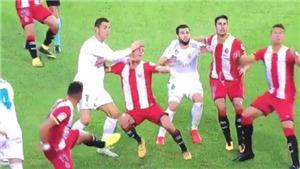 Không phải tát, Ronaldo rất nhân văn,muốn 'gội đầu' cho cầu thủ Girona