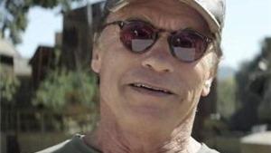 Arnold Schwarzenegger làm từ thiện bằng... xe tăng