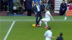 HÀI HƯỚC: Mourinho xông vào sân đốn ngã cầu thủ rồi cười hả hê
