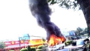 Cháy xe 16 chỗ, nhiều người thoát chết